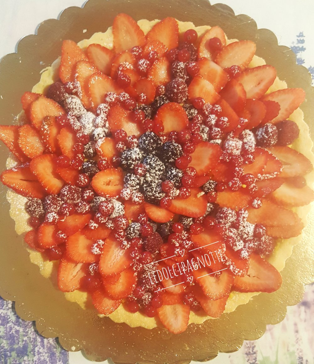 Crostata con crema pasticcera e frutti di bosco